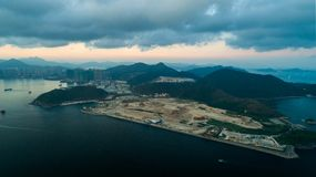 Hong Kong Sunset på Lohas parkerar nedgrävning av sopor för godset för den solnedgångTseung Kwan nollan industriell arkivfoton