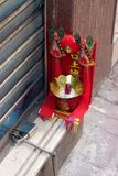 Hong Kong: supporto rosso di incenso ed ingresso in costruzione del bruciatore Fotografie Stock