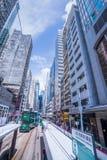 Hong Kong-tramsporen, de trams van Hong Kong ` s in twee richtingen in werking die worden gesteld die -- de Passagiers magere rug royalty-vrije stock foto's