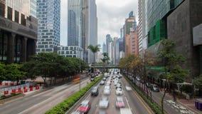 Hong Kong ulica z ruchliwie ruchu drogowego i drapacza chmur biurem przy dnia czasu upływem zbiory wideo