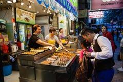 Hong Kong Uliczny Karmowy sprzedawca przy noc rynkiem Zdjęcie Royalty Free