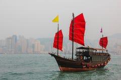 Hong Kong und das alte Segelboot Lizenzfreie Stockbilder