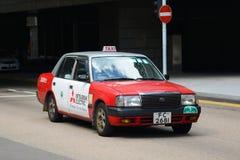 Hong Kong Urban röd taxi Arkivfoto