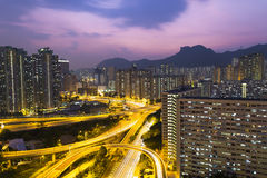 Hong Kong-verkeer onder Lion Rock-heuvel Stock Foto