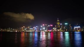 Hong Kong Victoria-baai bij nacht stock videobeelden