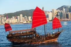 Hong Kong victoria habour med det röda skeppet och byggnad i backgrou Arkivbild