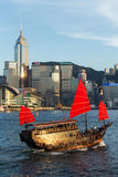 Hong Kong victoria habour med det röda skeppet och byggnad i backgrou Royaltyfria Foton