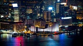 Hong Kong Victoria-Hafen und sein ikonenhafter roter alter Kram segelt Zoomaufnahme von der Spitze nachts Stockbilder