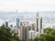 Hong Kong, vista de la ciudad y de la bahía de Victoria Peak en día nublado Fotografía de archivo libre de regalías