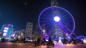 Hong Kong Wheel à l'endroit célèbre de nuit sur le quai Timelapse banque de vidéos