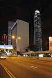 Hong Kong-wolkenkrabbers 's nachts met Twee Internationaal Financiëncentrum en het Centrumgebouw Royalty-vrije Stock Afbeelding