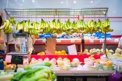 Hong Kong, Wrzesień - 22, 2016: Świeże różnorodne owoc dla sprzedaży wewnątrz Fotografia Royalty Free