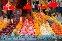 Hong Kong, Wrzesień - 22, 2016: Świeże różnorodne owoc dla sprzedaży wewnątrz Obraz Stock