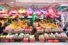 Hong Kong, Wrzesień - 22, 2016: Świeże różnorodne owoc dla sprzedaży wewnątrz Zdjęcia Stock