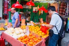 Hong Kong, 24 2016 Wrzesień: ludzie kupują owoc przy fre Zdjęcia Royalty Free