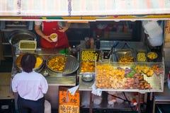 Hong Kong, Wrzesień - 22, 2016: różnorodny uliczny jedzenie w Hong Kong Fotografia Stock