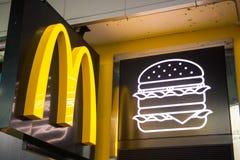 Hong Kong - 25 2016 Wrzesień: logo Mcdonald ` s fast food ca Obraz Royalty Free