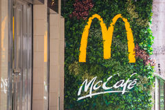 Hong Kong - 25 2016 Wrzesień: logo Mcdonald ` s fast food ca Zdjęcia Royalty Free