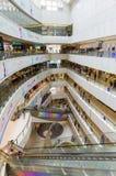 Hong Kong zakupy centrum handlowe z kupującymi zdjęcie stock