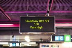 Hong Kong zanieczyszczenia powietrza wskaźnika czytelniczy ` Prawdziwy Wysoki ` w droga na grobli zatoki MTR staci Obrazy Royalty Free
