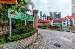 Hong Kong Zoological e jardins botânicos no distrito central Opinião da entrada com sinal da informação fotos de stock royalty free