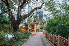 Hong Kong Zoological en Botanische Tuinen in Centraal District bij schemer Ingangsboog royalty-vrije stock afbeeldingen