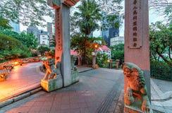 Hong Kong Zoological och botaniska trädgårdar i centralt område Ingångsbåge med lejonskulpturer arkivbild