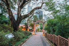 Hong Kong Zoological och botaniska trädgårdar i centralt område på skymning Ingångsbåge royaltyfria bilder