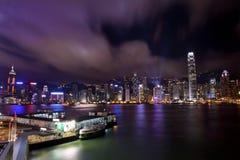 Hong- Konghafen nachts von der Kowloon Fähre Stockfoto
