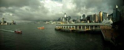 Hong- Konghafen und Cloudly-Himmel Lizenzfreies Stockfoto