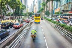 Hong- Kongpolizei bemannt mit Polizeimotorrad Verkehrs-Niederlassung BMWs R900RT lizenzfreie stockfotos
