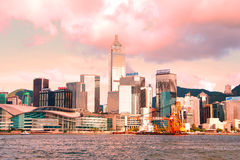 Hong- KongSkyline in den rosafarbenen Tönen am Sonnenuntergang Stockbild