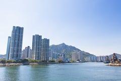 Hong- Kongwohnungen entlang der Küste stockfotografie