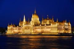 Hongaars Parlementsgebouw in 's nachts Boedapest Stock Foto