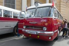 Hongaarse bus ` Ikarus 55 14 Lux `, 1972 van de 3de jaarlijkse tentoonstelling-parade van retro vervoer Stock Fotografie