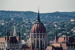 Hongaarse het parlementskoepel naast heuvels Royalty-vrije Stock Foto's