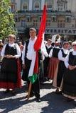 Hongaarse mensen die een vlag houden Royalty-vrije Stock Fotografie