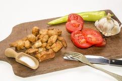Hongaarse snack met kaantjes, tomaat, knoflook en hete groene papri Stock Foto's