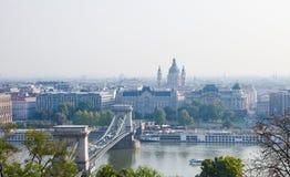 Hongarije, Boedapest, Kettingsbrug en St Stephen Basilica Royalty-vrije Stock Fotografie