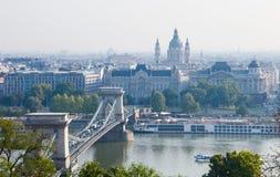 Hongarije, Boedapest, Kettingsbrug en St Stephen Basilica Royalty-vrije Stock Foto