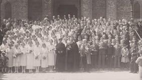 HONGARIJE CIRCA 1930 ` s - Godsdienstige Gebeurtenis - Hongarije - ca jaren '30jongens en Meisjes royalty-vrije stock foto