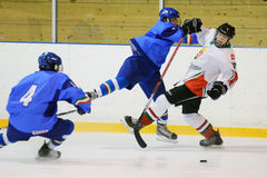 Hongarije - Italië onder 16 icehockeyspel Stock Foto