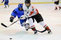 Hongarije - Italië onder 16 icehockeyspel Stock Afbeeldingen