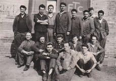 HONGARIJE, van de Fabrieksarbeiders van CIRCA 1950 de Groepsfoto Usine, Industrie royalty-vrije stock afbeelding