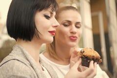 Honger, verleiding, eetlustconcept stock fotografie