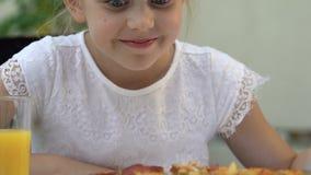Hongerig glimlachend meisje die verse eigengemaakte pizza, de leveringsdienst, kinderjaren bekijken stock video