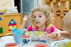 Hongerig meisje. Stock Foto
