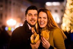 Hongerig paar - het portret van de Kerstmisstraat royalty-vrije stock foto