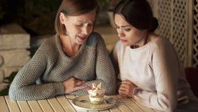 Hongerig wijfje twee die zoet dessert in koffie, ongezonde snack, calorieën bekijken royalty-vrije stock fotografie