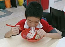 hongerige jongen royalty-vrije stock afbeeldingen